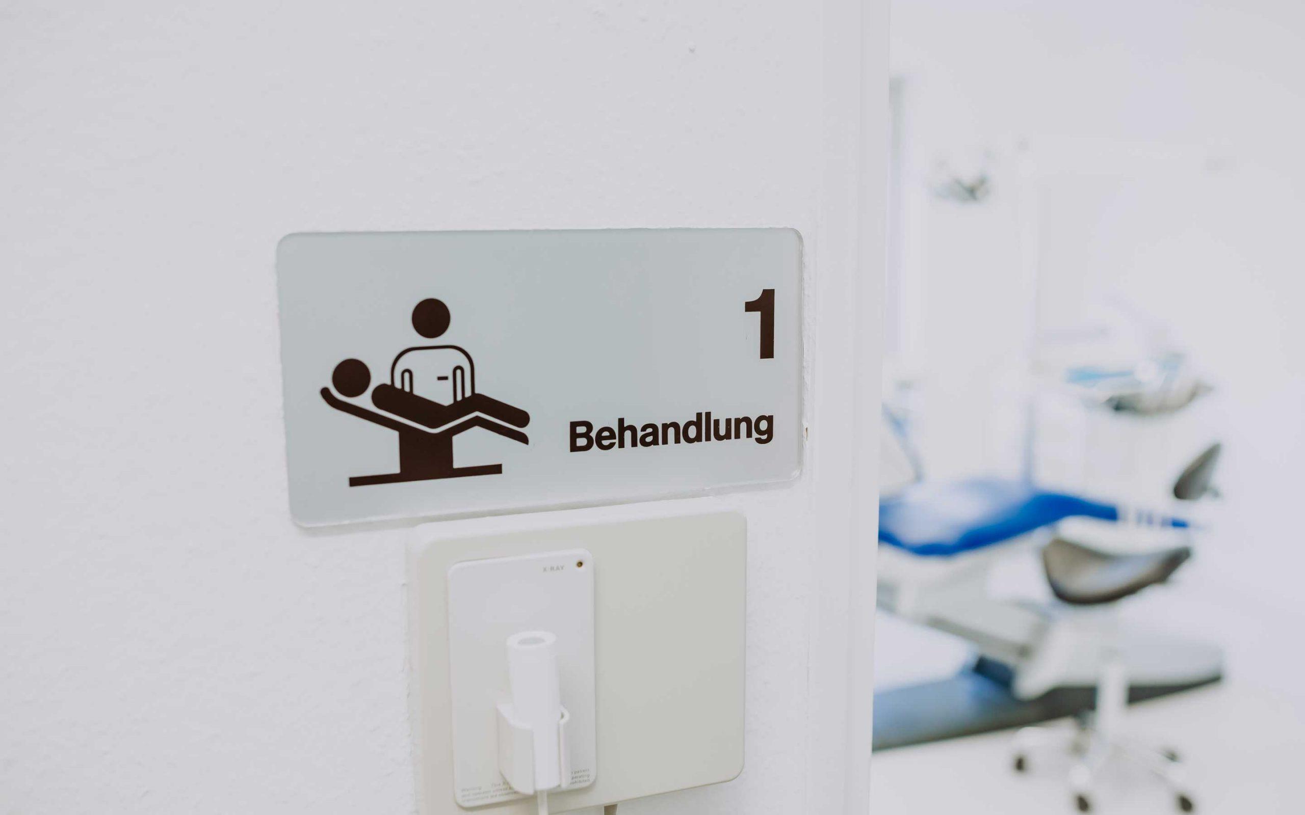 Schild von Behandlungsraum Blau in Zahnarztpraxis Barbutova