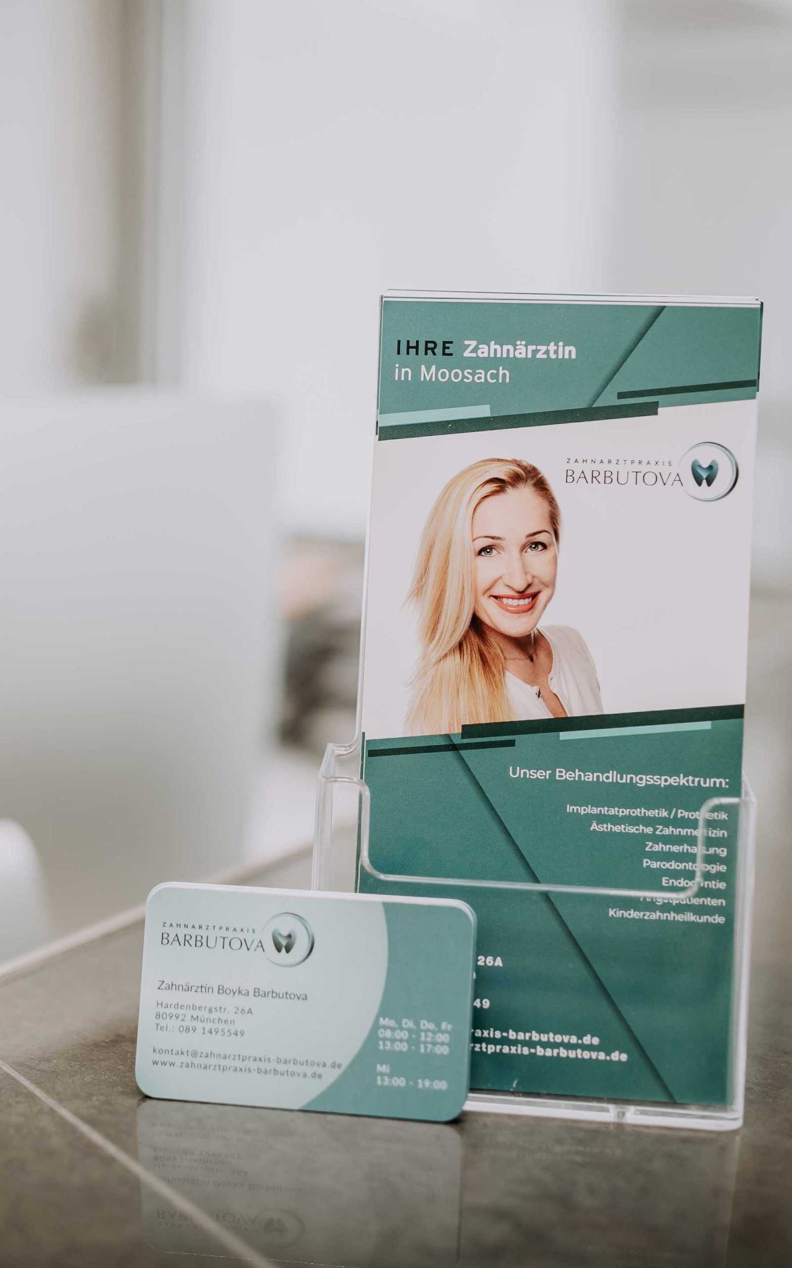 Flyer und Visitenkarte an der Empfangstheke in Zahnarztpraxis Barbutova