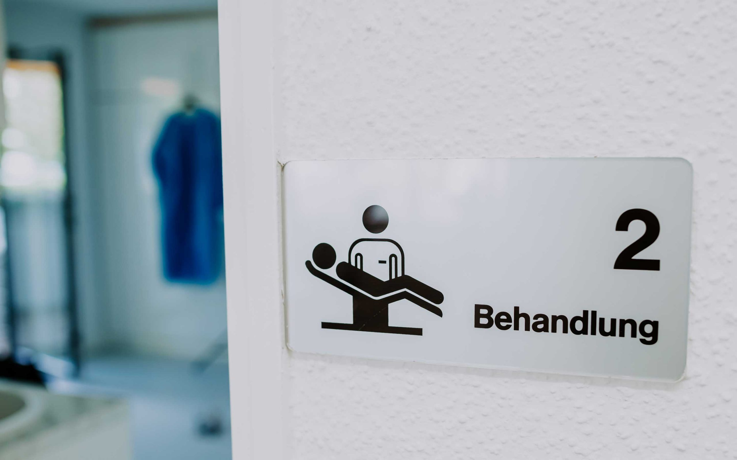 Schild von Behandlungsraum Grün in Zahnarztpraxis Barbutova
